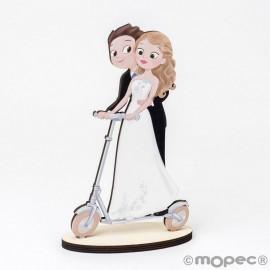 Figure En Bois De Mariés Sur Scooter Électrique 19 cm