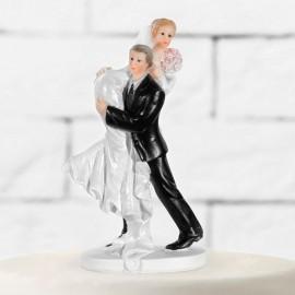 Figurines du marié portant la mariée